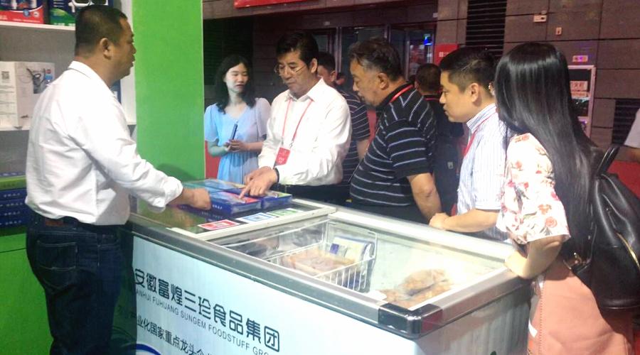 中国产业化龙头企业协会副会长、央联食品保障分会会长金其洪莅临三珍展位