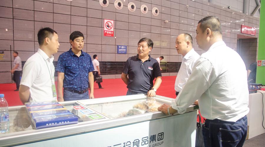 富煌集团总会计师赵维龙莅临三珍展位指导工作