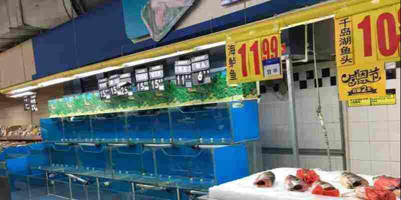 超市下架活鱼引关注,知名连锁烤鱼店纷纷选择冷冻开背鱼